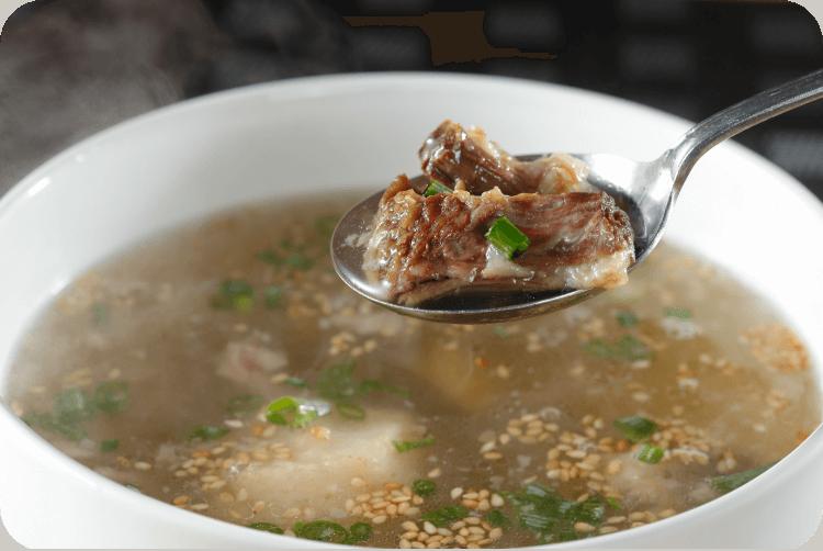 煮込み時間は48時間!!他店には真似できないこの味!極濃テールスープ